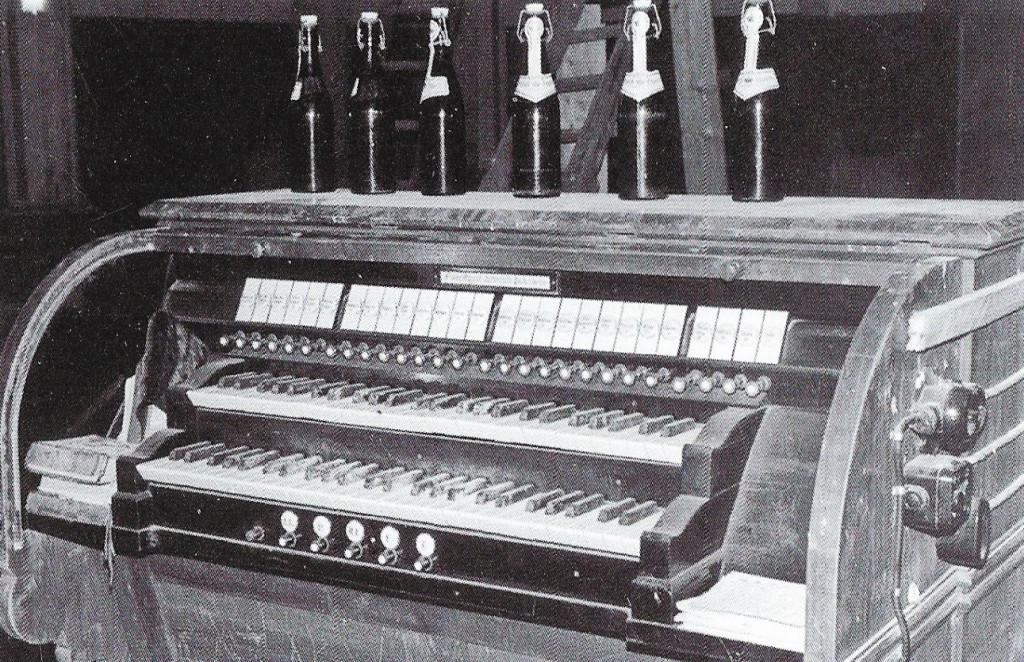 Kirche Sünninghausen - Spieltisch der Orgel von 1924 mit 5 Registern kurz vor dem Abbau